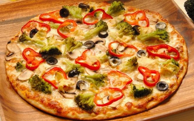 Вегетарианская пицца с овощами