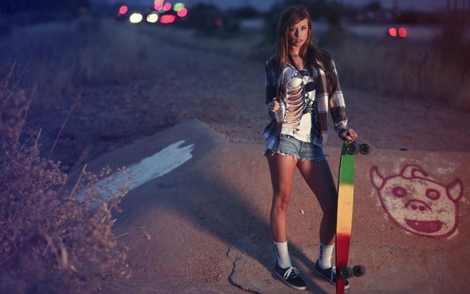 Девушка скейтер