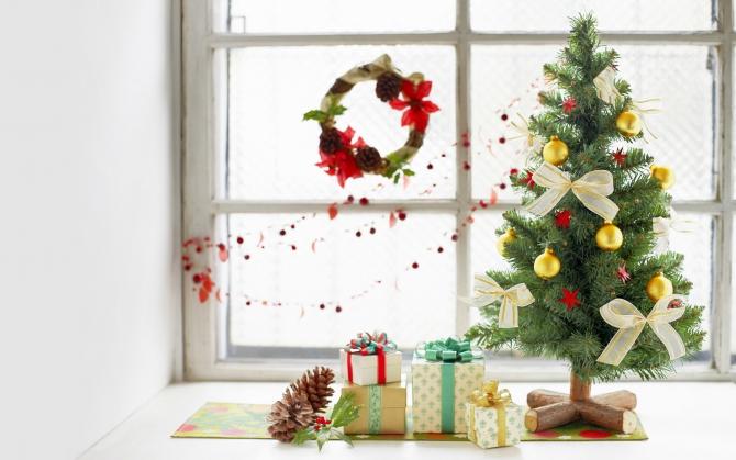 Маленькая елочка  со подарками