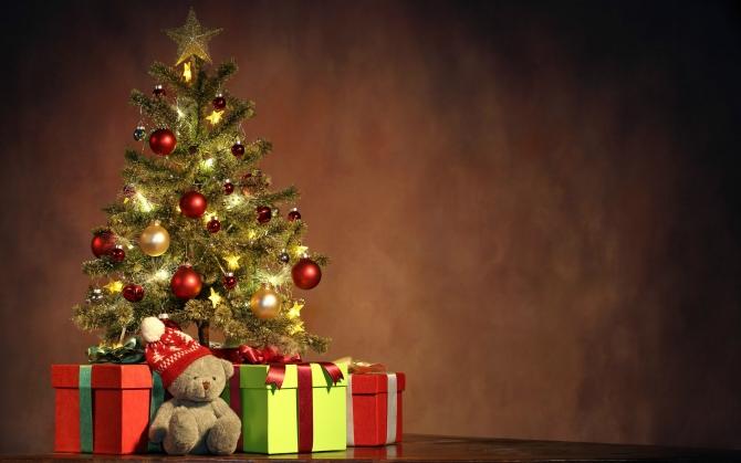 Елка, подарки и плюшевый мишка
