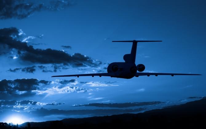 Самолет в ночном небе