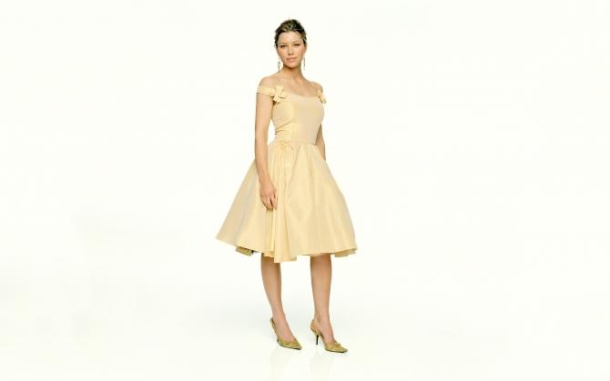 Джессика Бил в платье