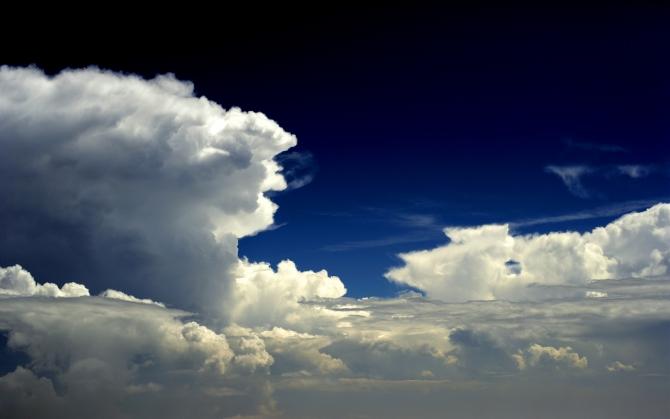 Облака и темно синее небо