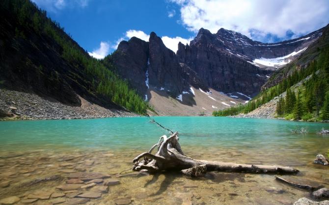 Озеро и горы в Канаде