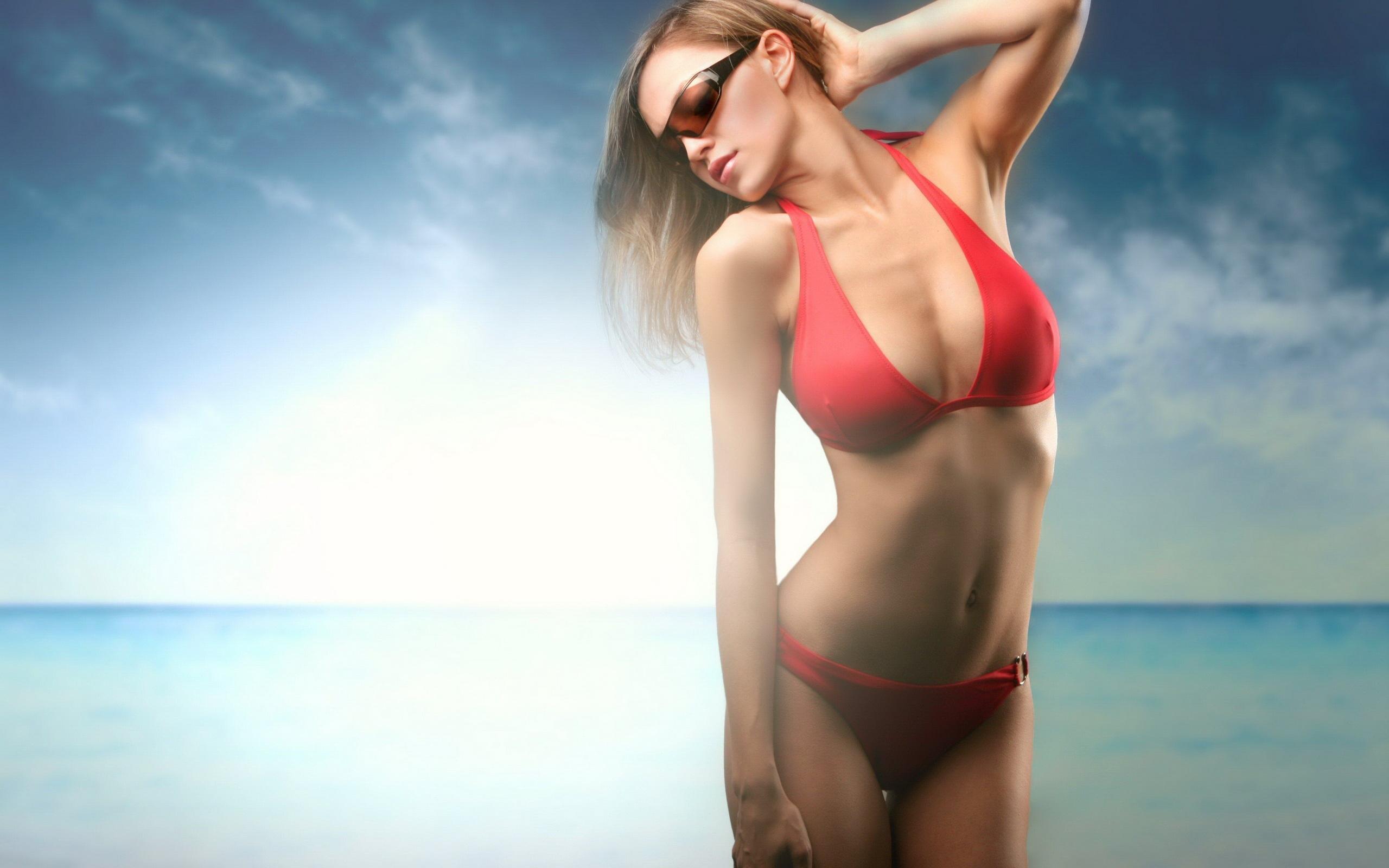 Красотки в красном купальнике
