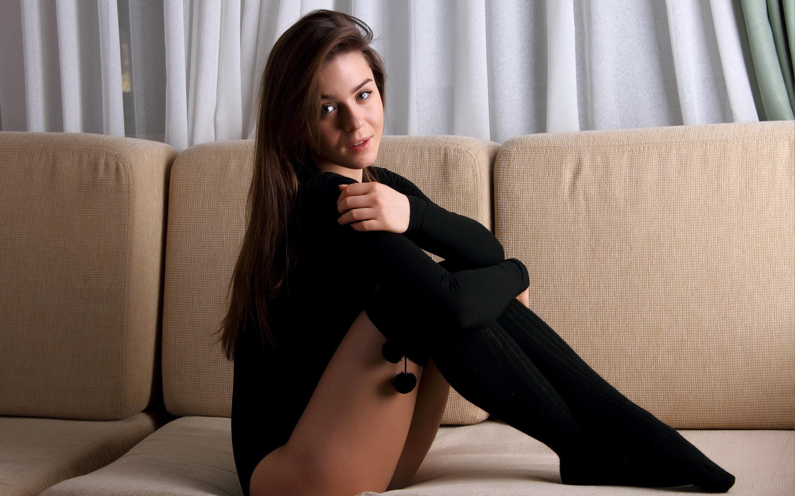 девушка в черных чулках