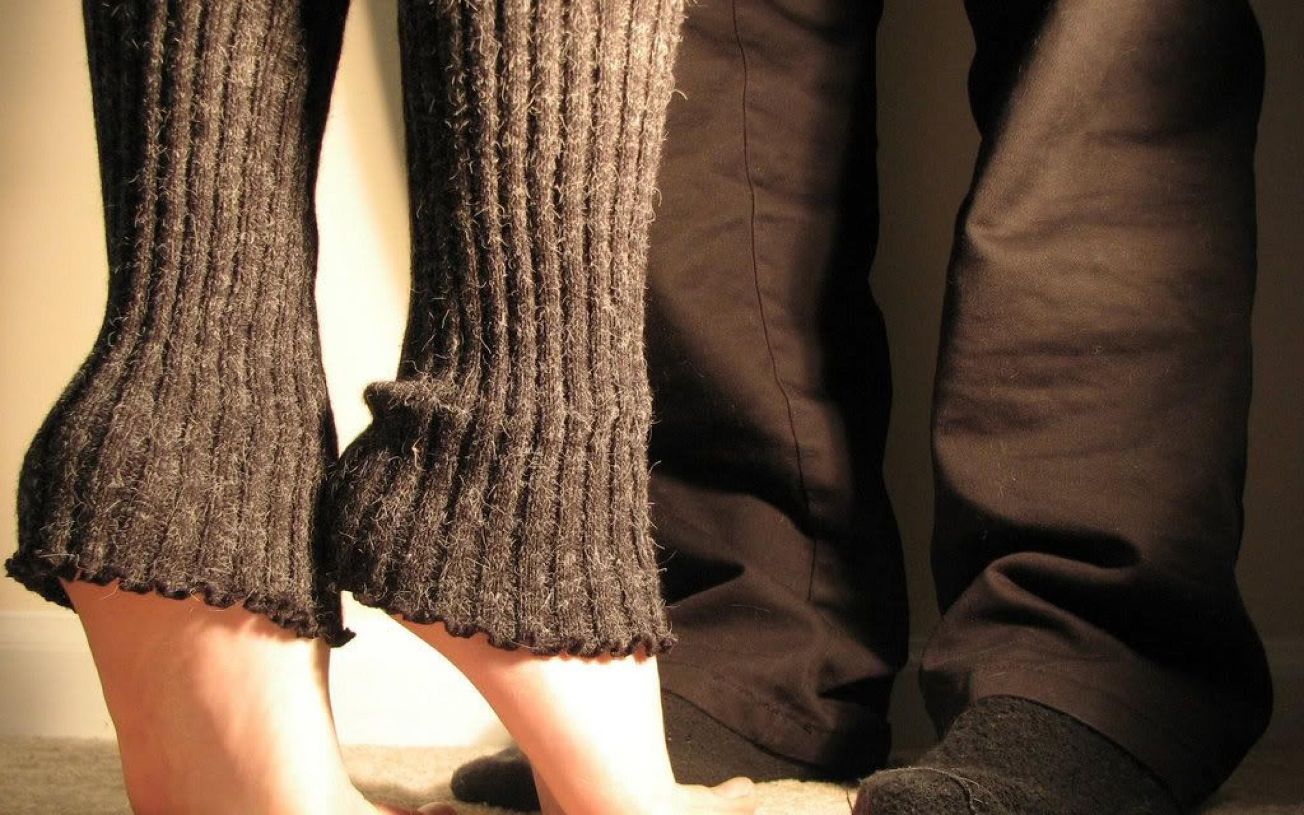 Целует ей ножки в носочках 4 фотография