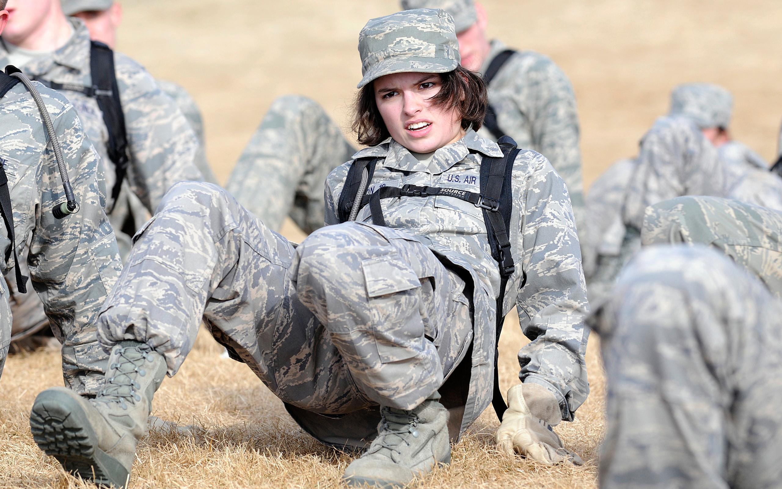 девушка и солдат фото
