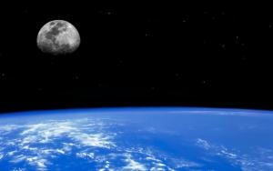 Поверхность земли и луна