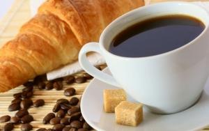 Утренний кофе с круассаном