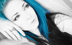 Эмо девушка с синими волосами