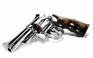 Блестящий револьвер