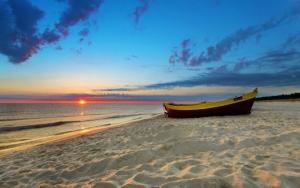 Лодка на песчаном пляже