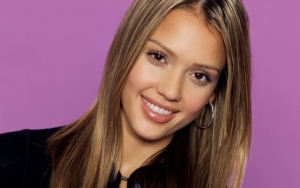 Джессика Альба улыбается