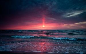 Багровый закат в море