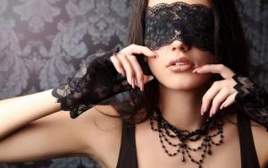 Девушка в кружевной маске и перчатках