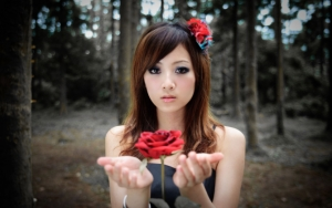 Азиатка с розой