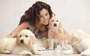 Девушка со щенками