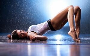 Девушка танцует под дождем