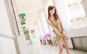 Азиатка в платье-шортах