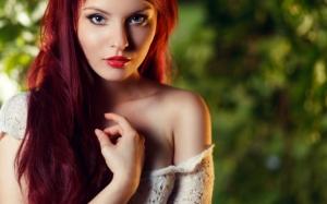 Огненно рыжая девушка