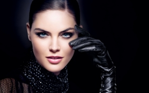 Красивая девушка в перчатках