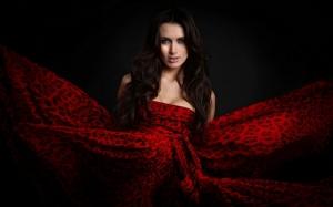 Девушка в оригинальном красном платье