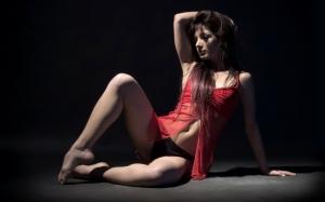 Девушка в красном пеньюаре