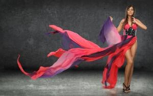 Девушка в оригинальном платье