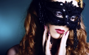 Грустная девушка в маске