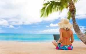 Девушка работает на пляже