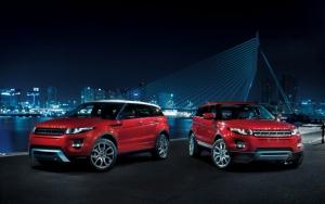 Два красных Range Rover Evoque