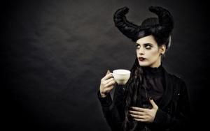 Готичная девушка с кофе