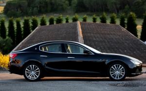 Черный седан Maserati Ghibli