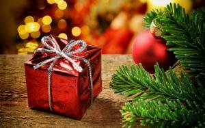 Маленький подарок под елкой