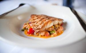 Рыба и салат из морепродуктов