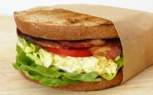Сэндвич с серым хлебом