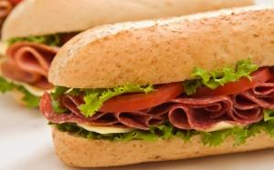Сэндвич с копченой колбасой
