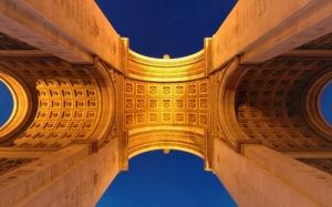 Вид снизу на Триумфальную арку