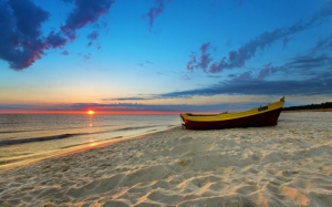 Закат на песчаном пляже