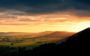Поле и горы на закате