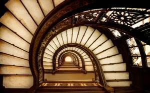 Лестница с перилами в доме