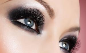 Серо-голубые глаза девушки