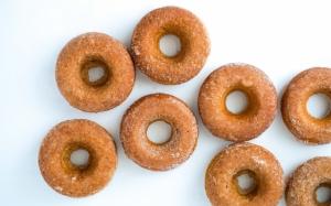Пончики посыпанные сахаром