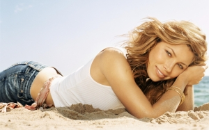 Джессика Бил на пляже