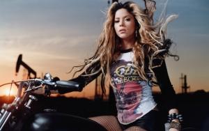 Шакира на мотоцикле