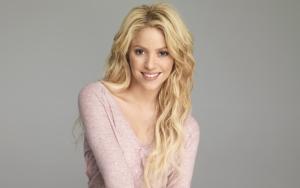 Шакира улыбается