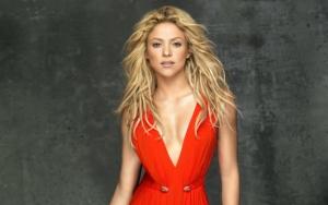 Шакира в красном платье