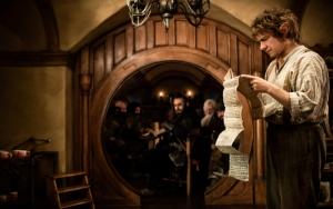 Бильбо Бэггинс читает договор