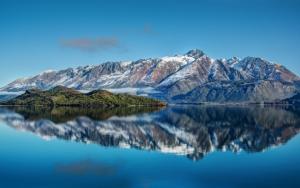 Озеро возле гор